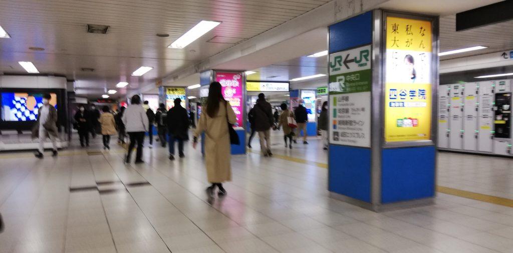 池袋駅構内通路も朝のラッシュ時とはガラガラと言えるでしょう。