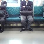 電車の長椅子一つおきに座る